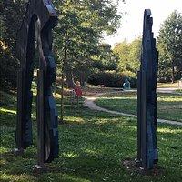 """Skulpturenpark Wettersbach. Im Vordergrund """"Zwei Vögel"""""""