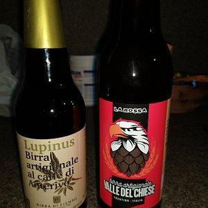 Due delle svariate birre artigianali che offre il negozio