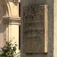 Detalle de la inscripción del monumento.