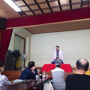 落語の会は温泉の2階の大広間で開催されます