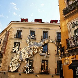 Literary quarter with tapas and wine tasting experience