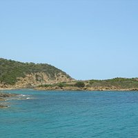 L'isola su Cardulino su cui si trovano resti di mura