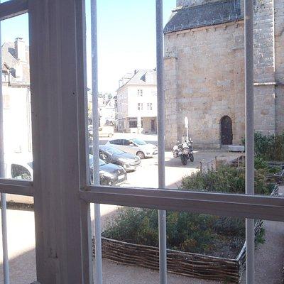 vue d'une fenêtre du premier étage sur la place du bûcher