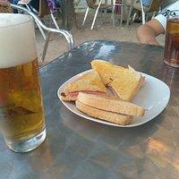 Exterior, terraza y cervecita con buen aperitivo.