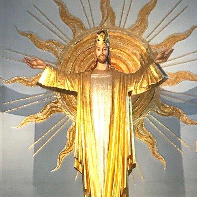 Wewnątrz kościoła: fragment raju, anioły, ołtarz tysiąca róż, Jezus. Przed kościołem wielki Jezu
