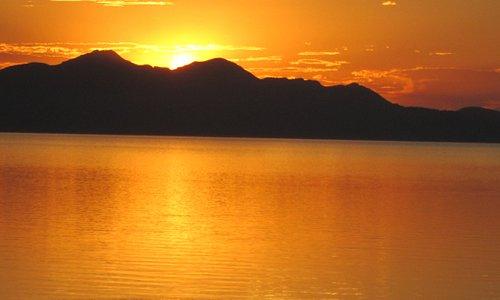湖面には言える夕陽です