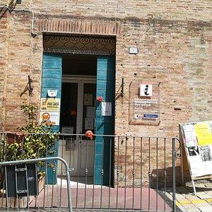 Ingresso dello IAT - Ufficio Turistico di Ostra (AN)