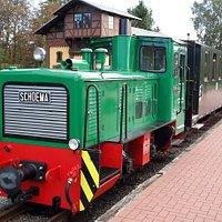 Lokomotive mit Personenwagen