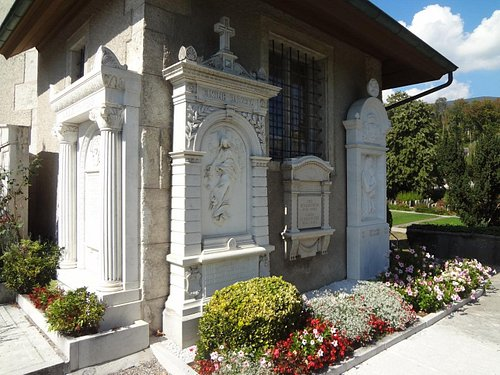 Kirche St.Niklaus (pierre tombales adossées au mur de l'église)