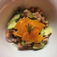 Ceci, zucca, avocado, cipolla fresca di Tropea, tonno.