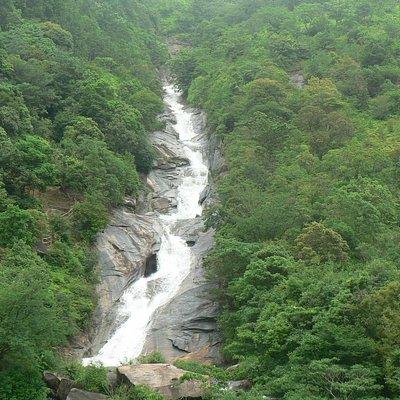 観音池と呼ばれる教良木ダムのダム湖に、巨大な岩盤の斜面から水が流れ落ちています。別名「轟きの観音滝」と呼ばれ、滝の中腹には小さな観音像が滝として置かれています。
