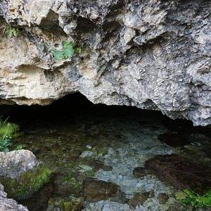 Vista exterior de la cueva del Nacimiento de la Toba