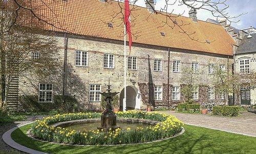Aalborgs ældste springvand ses ved Aalborg Kloster.
