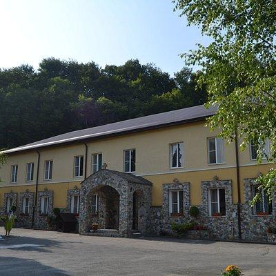 Двухэтажный корпус монастыря сестёр-монахинь.