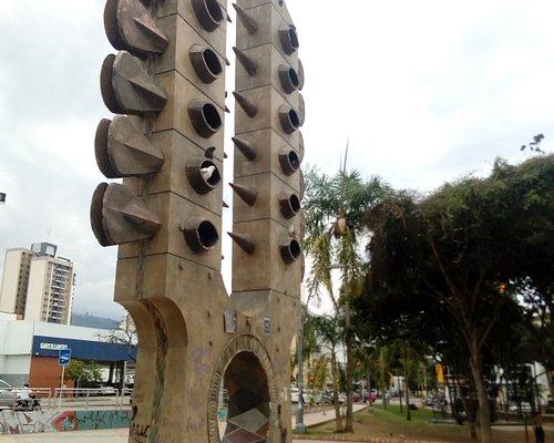 Monument to the Clavijero del Tiple, by Guillermo Espinosa (1987). Cement, ceramics, cast concre