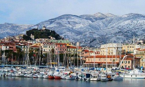 La pigna (città vecchia) vista dal mare. Alla sommità il santuario della Madonna della costa.