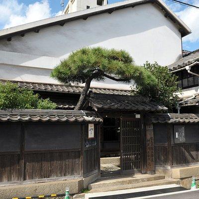 家を大きく見せるために前側の屋根を長くしたという