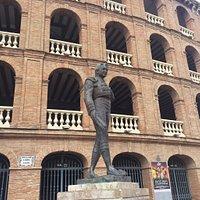 Monumento a Manolo Montoliu около Plaza de Toros Valencia.