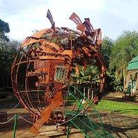 La escultura cuenta las distancias desde Cataratas hacia las otras maravillas del mundo y ciudad