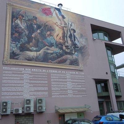 Fresque sur la façade d'un bâtiment