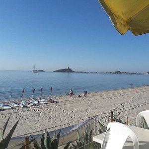 Nach dem Yoga am Morgen das Frühstück am Meer geniessen