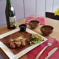 Crêpe de saison: camembert, poitrine fumée, pommes de terre, crème ciboulette, salade