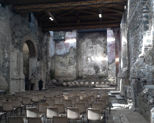 Veduta panoramica dell'interno dell'antica chiesa madre di Misterbianco.