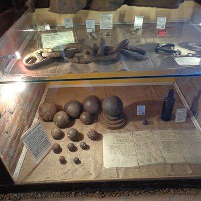 Vitrinas con objetos encontrados en el sitio del combate