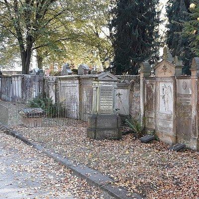 De zeer oude begraafplaats is helaas niet mooi onderhouden.