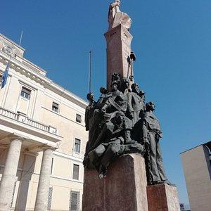 Situato davanti al Palazzo della Provincia