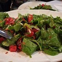Σαλάτα ρόκα με ντομάτα και κόκκινο κρεμμύδι
