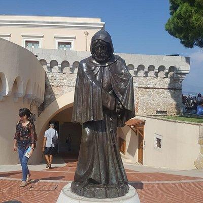 Mönchstatue vor dem Grimaldi-Palast