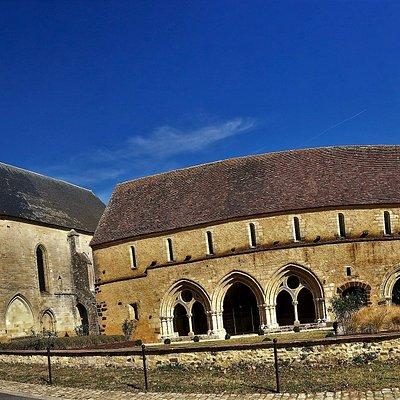 Un village à découvrir : une ancienne abbaye et des expositions estivales