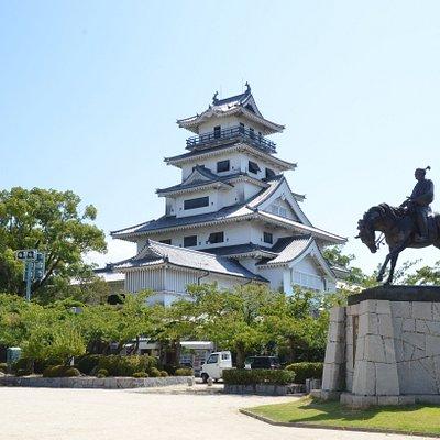 城内。藤堂高虎の騎馬像と再建天守