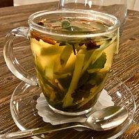 чай с имбирем, мятой, лимонным сорго и ягодами годжи