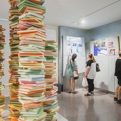 Kunst im Eingangsberreich: Ein nachgebauter Aktenstapel steht im Zentrum. Quelle: BStU/Popa
