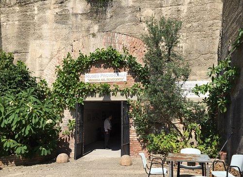 Ingresso del rifugio antiaereo dove è collocato il Museo