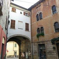 la porta vista dall'interno del borgo