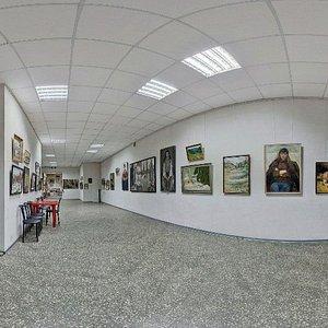 Галерея расположена в центре Одессы. Рядом стоянка. Вход свободный.