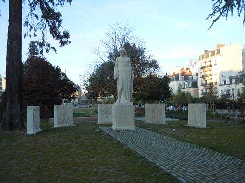 Le monument dans le square