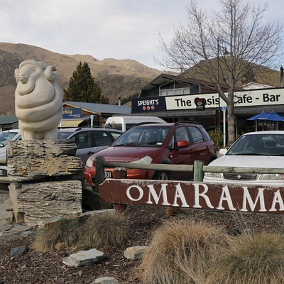 Omarama Sheep Statue and sign