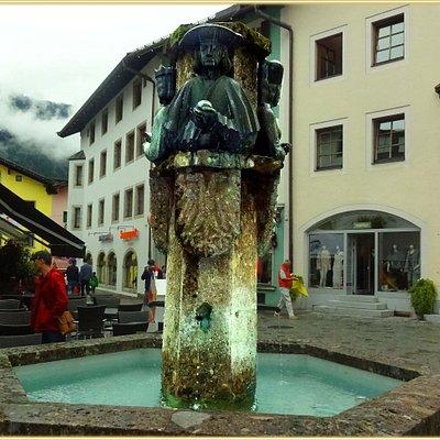 Stadtbrunnen am übergang von der Vorderstadt zur Hinterstadt