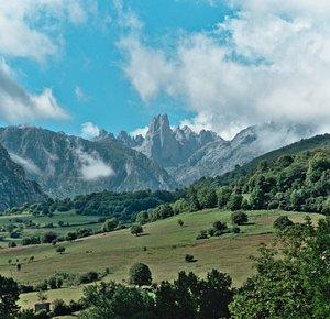 Naranjo de Bulnes desde el mirador del Pozo de la Oración, Poo de Cabrales, Asturias