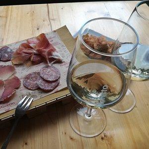 Aperitivo con tagliere di salumi e vino Verdicchio di Matelica