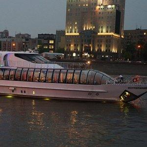 Москва-река и кораблики на ней.
