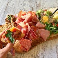 Tagliere Toscano (selezione di affettati, pecorini della Maremma con marmellatina, crostini mist
