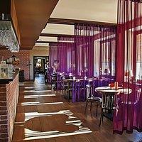 Большой зал кафе с панорамными окнами на главную площадь города