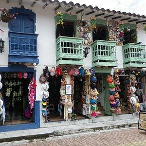 Hay una variedad de pequeños locales de venta de artesanías muy pintorescos.