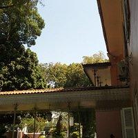 Outro estilo arquitetônico encontrado na entrada lateral do casarão.