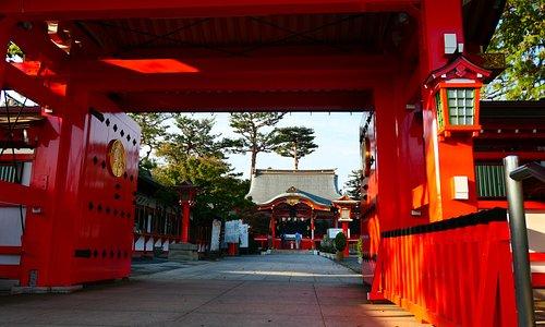 門の先には拝殿があります。